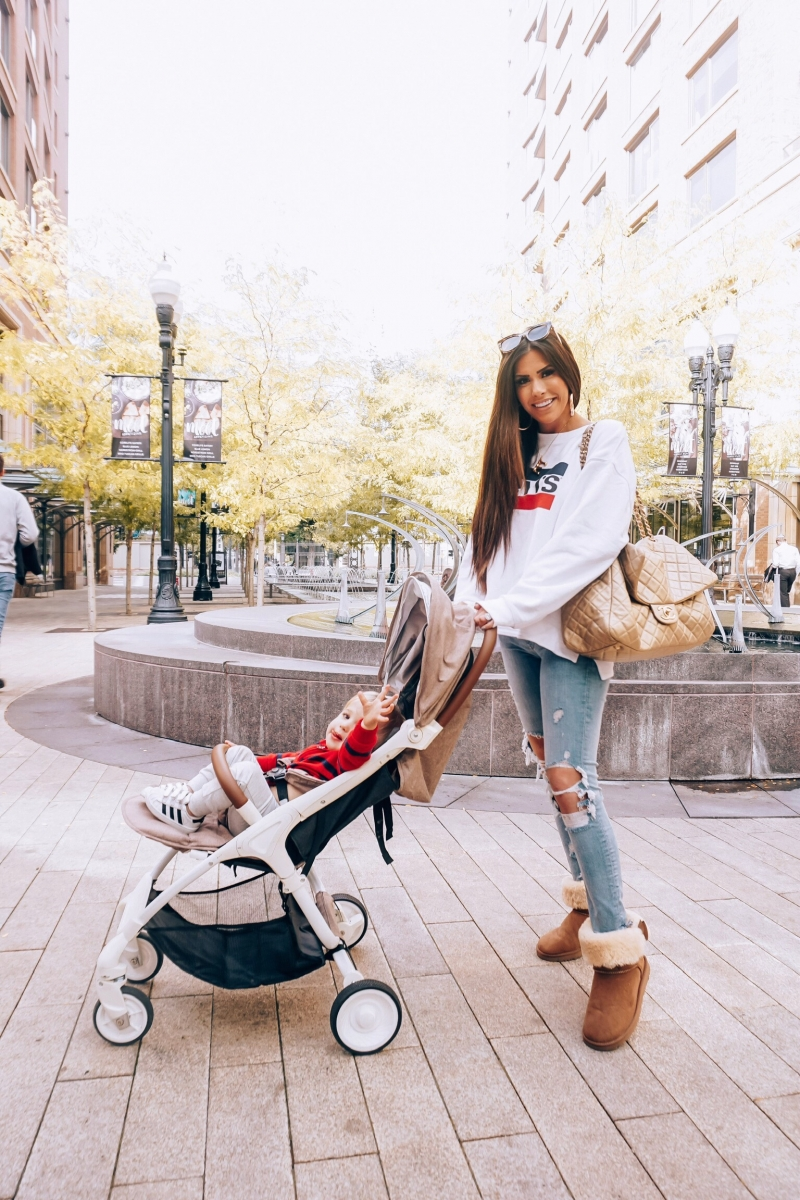 airport outfit idea fall pinterest 2018, emily gemma travel style, cute airport travel fashion outfit fall 2018, casual outfit levis sweatshirt