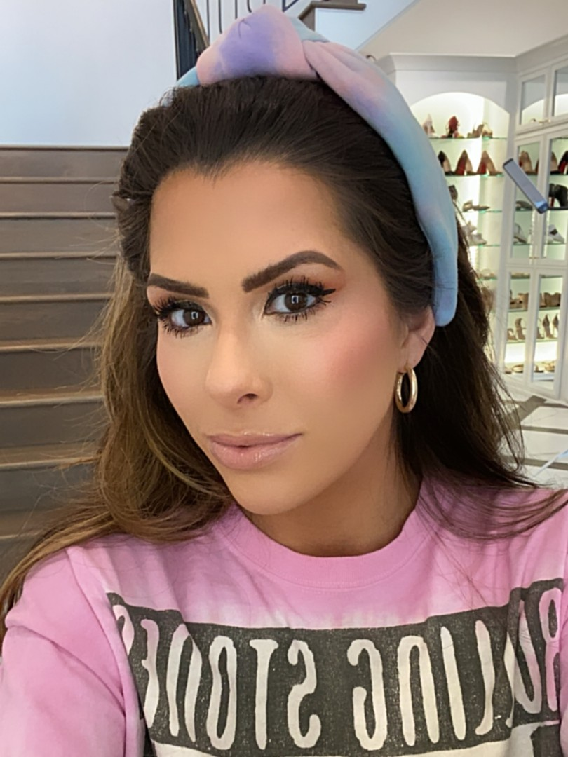 Best Tarte Products by popular US beauty blog, The Sweetest Thing: image of a woman wearing a knotted tie-dye headband and a full face of Tarte makeup.