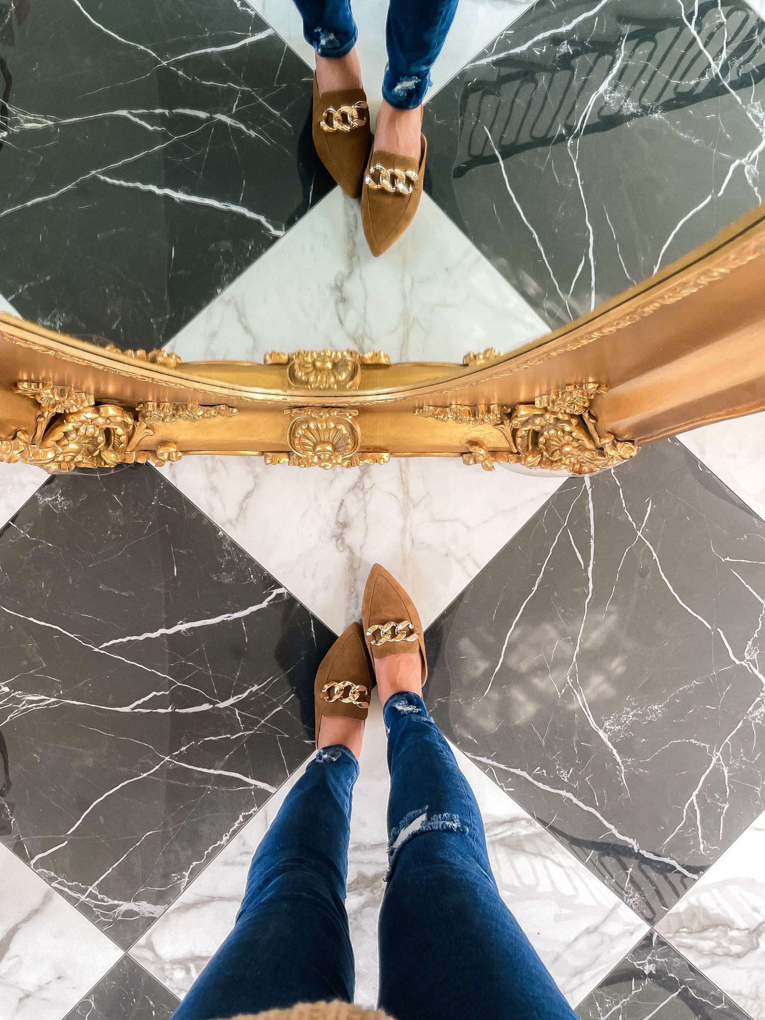 Nordstrom Anniversary Sale 2021 Picks, NSALE 2021 steve madden mules gold chain review | Nordstrom Anniversary Sale by popular US fashion blog, The Sweetest Thing: image of Emily Gemma wearing a pair of Steve Madden gold chain brown sided mules.